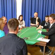 Die Spieler/innen der Pokertische