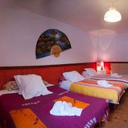 Chambre familiale avec 1 lit double et 2 lits simples