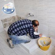 Installazione di piastrelle a parete in ceramica