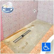 Vasca da bagno rimossa per essere sostituita con una doccia a filo pavimento