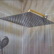 Soffione molto grande fisso a parete per doccia a filo pavimento sostituendo la vasca
