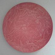 Autor: Francisco Huazo  Técnica: Dibujo Esgrafiado / rojo de vanadio y esmalte transparente. Medidas: 60 ɵ   Año: 2016 Clave: 04C FH 16