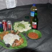 Gebratenes Hühnchen, Tempe, Reis und Gado gado zum Abendessen