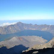 Blick auf den Baru und den Segara Anak See vom Gipfel aus