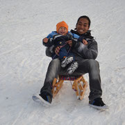 Rodelvergnügen mit meinem Sohn Aditya