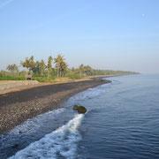 Der dunkle Strand von Anyar, nur 15 Minuten von Senaru entfernt