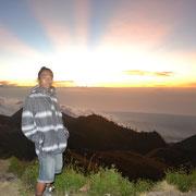 Ein wunderschöner Sonnenuntergang am Kraterrand