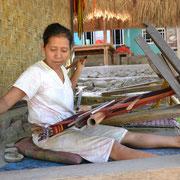 Eine Frau beim Weben