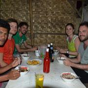 Unsere Gäste aus Österreich essen Bakso in einem kleinen Restaurant am Straßenrand