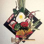 新春アートアレンジメント(サイズ)200×250mm (コメント)壁掛けタイプです。椿の花をポイントに使い、達磨がポイントです。