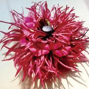 □創作小物(アクセサリー)(サイズ)130mm (コメント)赤い2種類の花びらを使用しています。コサージュにもチャームにもなります。