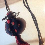 □創作小物(アクセサリー)(サイズ)75×95mm レッグ550mm (コメント)黒に赤の水玉模様の着物地を使用し、ポイントにタッセルと達磨を使いました。