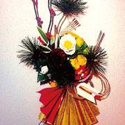 新春アートアレンジメント(サイズ)250×350mm (コメント)壁掛けタイプです。大きめな松と白椿、福寿草、獅子舞など 盛りだくさんアレンジです。