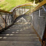 階段で上下できますが、ガラス張りのパノラマリフトもあります