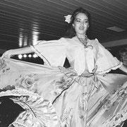 民族衣装の女性ダンサー3   船内では洗濯やアイロンができ、散髪やプールで遊ぶこともできました