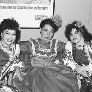 民族衣装の女性ダンサー2   レストランでは日本語専攻の学生が働いていました
