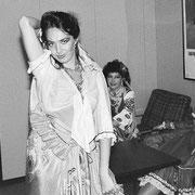 民族衣装の女性ダンサー1  船の中では船長主催のパーティーやバーではバンド演奏などが行われていました