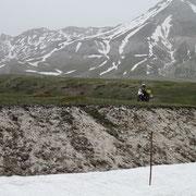 Altschnee in den Abruzzen zwingen zur Gelände-Einlage
