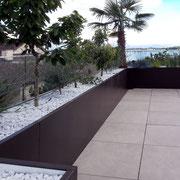 Mediterane Pflanzen im isolierten VINURA System passend auf der Terrasse