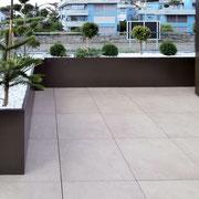 Terrasse mit VINURA Pflanztrögen