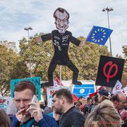 Bravo à ce père de famille venu avec sa petite fille qui réalisé ce très beau pantin gesticulant. Marche contre le coup d'état social des ordonnances Macron. Place de la Bastille, Paris. 23/09/2017 #jaibastille