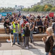 """""""Pause repas avant la grande marche 1"""" Marche contre le coup d'état social des ordonnances Macron. Esplanade du port de l'arsenal, Paris. 23/09/2017 #jaibastille"""