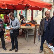 Yann Vanherzeele et Chrisophe Miqueu dialoguent avec les passants. Tractage militant des Insoumis de la 12ème circonscription, 7 juin 2017, marché de Créon