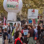 """Ballon """"Picardie debout"""" """"Réseau salariat Sauvons la cotisation sociale"""" Marche contre le coup d'état social des ordonnances Macron. Esplanade du port de l'arsenal, Paris. 23/09/2017 #jaibastille"""
