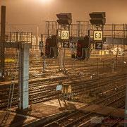 Extérieur nuit, sous la pluie, rails, aiguillages, signalisations, Gare Saint-Jean, Bordeaux