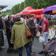Christophe Miqueu et Nathalie Chollon-Dulong essayent de convaincre les électeurs sur le marché de La Réole. 21 mai 2017