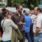 Christophe Miqueu en conversation avec des jeunes. Ecluse de Castets-en-Dorthe. 4 juin 2017