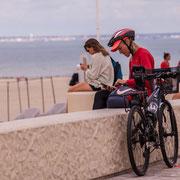 """""""Cycliste au vélo...et au smartphone"""" Soulac-sur-Mer. Samedi 3 juillet 2021. Photographie © Christian Coulais"""