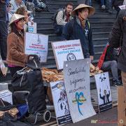 Vendeurs de sandwichs véganes insoumis posant pour un  photographe, après avoir mis chapeaux et panneaux ! Marche contre le coup d'état social des ordonnances Macron. Place de la Bastille, Paris. 23/09/2017 #jaibastille