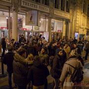 2 A l'extérieur du théâtre Fémina, le public discute longuement, malgré la température négative à Bordeaux. #benoithamon2017