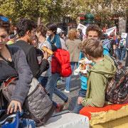 """12h40 """"Pause repas avant la grande marche 4"""" Marche contre le coup d'état social des ordonnances Macron. Place de la Bastille, Paris. 23/09/2017 #jaibastille"""