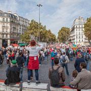 12h41 Sur la Place de la Bastille rendue au peuple souverain, les régions se coordonnent pour cette longue Marche contre le coup d'état social des ordonnances Macron. Place de la Bastille, Paris. 23/09/2017 #jaibastille