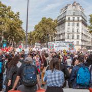 Le Boulevard Beaumarchais est investit par le cortège qui se met en place. Marche contre le coup d'état social des ordonnances Macron. Place de la Bastille, Paris. 23/09/2017 #jaibastille