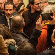 2 Je smartphone, tu smartphone, etc. Bain de foule de Benoît Hamon. Théâtre Fémina, Bordeaux. #benoithamon2017