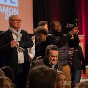 Jean-Marie Darmian, en excellent communicant, attrape son téléphone portable. Théâtre Fémina, Bordeaux. #benoithamon2017