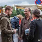 Christophe Miqueu discute avec un électeur, sur le marché de La Réole. 21 mai 2017