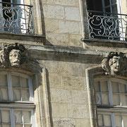 Mascarons de Bordeaux, à visages d'homme et et femme aux grands yeux, façade place du Parlement. Reproduction interdite - Tous droits réservés © Christian Coulais