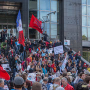 Le Chœur insoumis chante sur les marches de l'Opéra Garnier. Marche contre le coup d'état social des ordonnances Macron. Place de la Bastille, Paris. 23/09/2017 #jaibastille
