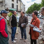 Christophe Miqueu et Nathalie Chollon-Dulong échangent avec les électeurs, non loin du marché de La Réole. 21 mai 2017