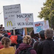 """Macron 12ème vaccin obligatoire"""" Marche contre le coup d'état social des ordonnances Macron. Place de la Bastille, Paris. 23/09/2017 #jaibastille"""