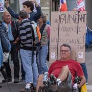 """""""Un fainéant ça manifeste à vélo couché ! FI68"""" Marche contre le coup d'état social des ordonnances Macron. Place de la Bastille, Paris. 23/09/2017 #jaibastille"""