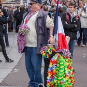 """""""Vendeur de sifflets, mais pas que !"""" Marche contre le coup d'état social des ordonnances Macron. Place de la Bastille, Paris. 23/09/2017 #jaibastille"""