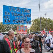 """""""Vivre libre en travaillant ou mourir en combattant"""" Marche contre le coup d'état social des ordonnances Macron. Place de la Bastille, Paris. 23/09/2017 #jaibastille"""