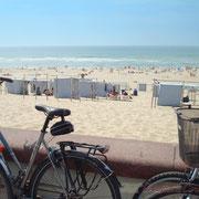 """""""Pause-vélo, vite à la baignade"""" Soulac-sur-Mer Photographie © Christian Coulais"""