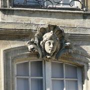 Mascaron de Bordeaux, à visage de jeune homme, façade place du Parlement. Reproduction interdite - Tous droits réservés © Christian Coulais