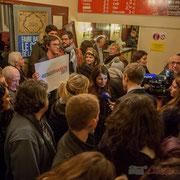 BFM TV poursuit son micro-trottoir, les Jeunes Socialistes restent très communicants. Bain de foule de Benoît Hamon. Théâtre Fémina, Bordeaux. #benoithamon2017